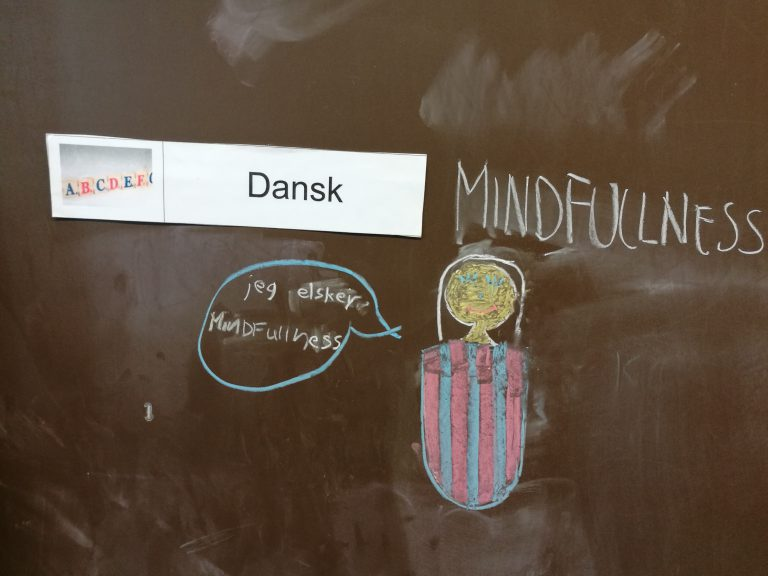 En tavle hvor et barn har skrevet - jeg elsker mindfulness